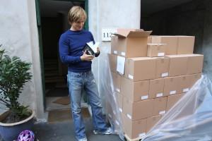 Julemanden har igen været på besøg uden for sæsonen. 2. oplag af SOLO-bogen er ankommet på Ryesgade, Østerbro.